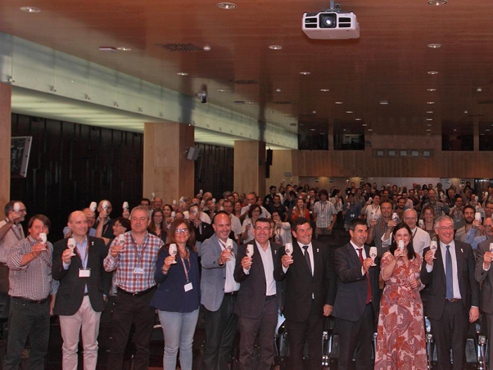 Los participantes en el Congreso Internacional del Terroir brindan con el catavinos de cerámica de Muel, emblema de la cita