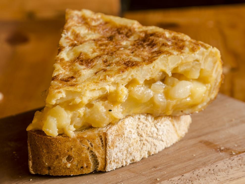 La tortilla de patatas es el plato estrella de los españoles, frente a otras opciones como la paella o el cocido.