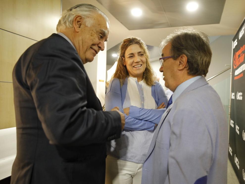 El presidente de Ayuda en Acción, Jaime Montalvo; la delegada de la oenegé en Aragón, Rocío Palá y el Justicia de Aragón, Ángel Dolado.