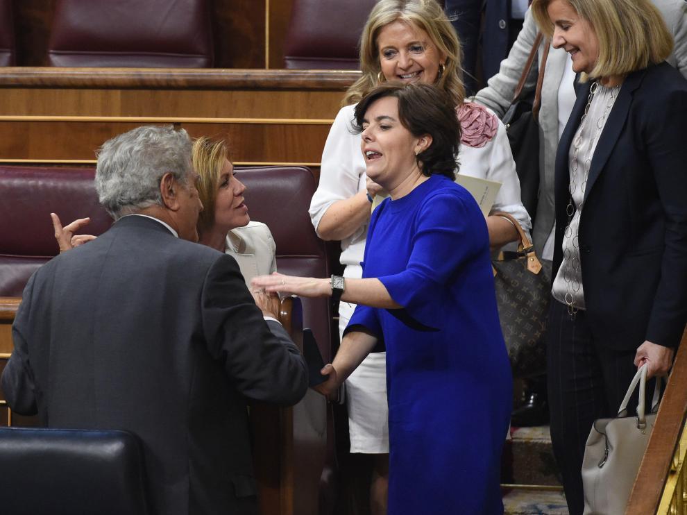 Cospedal y Santamaría charlaron este martes en el hemiciclo del Congreso.