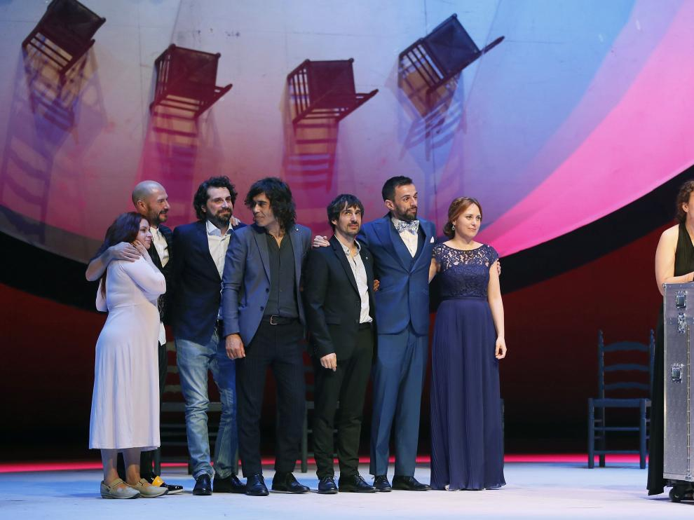Integrantes de la compañía de teatro, Kulunka Teatro, tras recibir el galardón a 'Mejor Espectáculo de Teatro'
