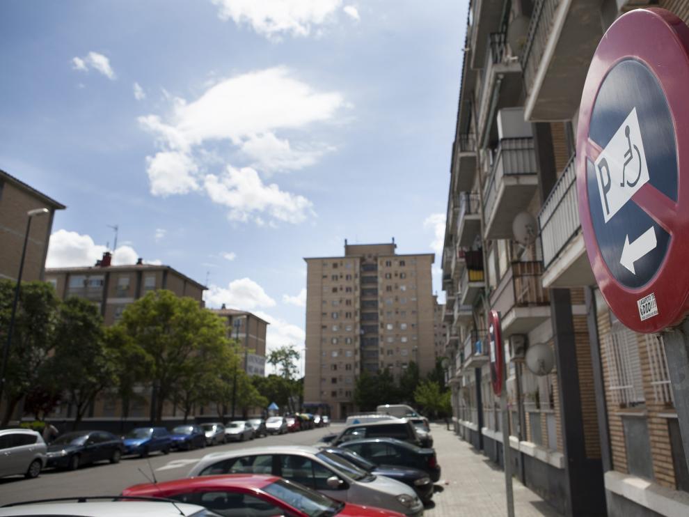 Señal de espacio reservado para el aparcamiento de personas con movilidad reducida en una calle de Zaragoza.