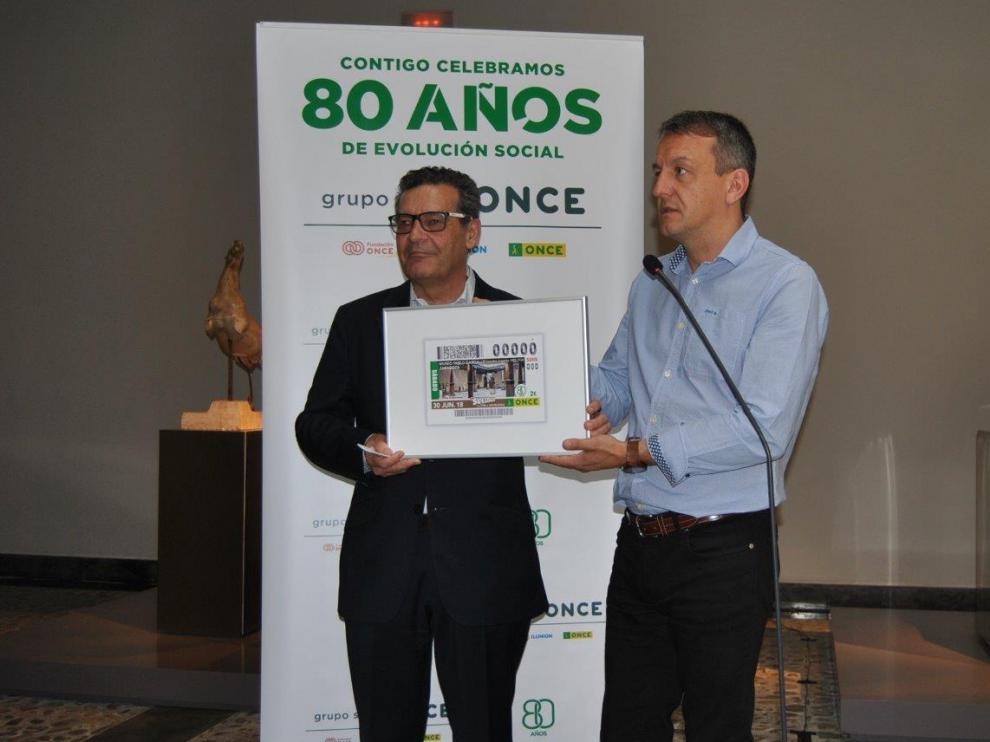 Fernando Rivarés, Consejero de Economía y Cultura del Ayuntamiento de Zaragoza e Ignacio Escanero, Delegado Territorial de la ONCE en Aragón presentando el cupón