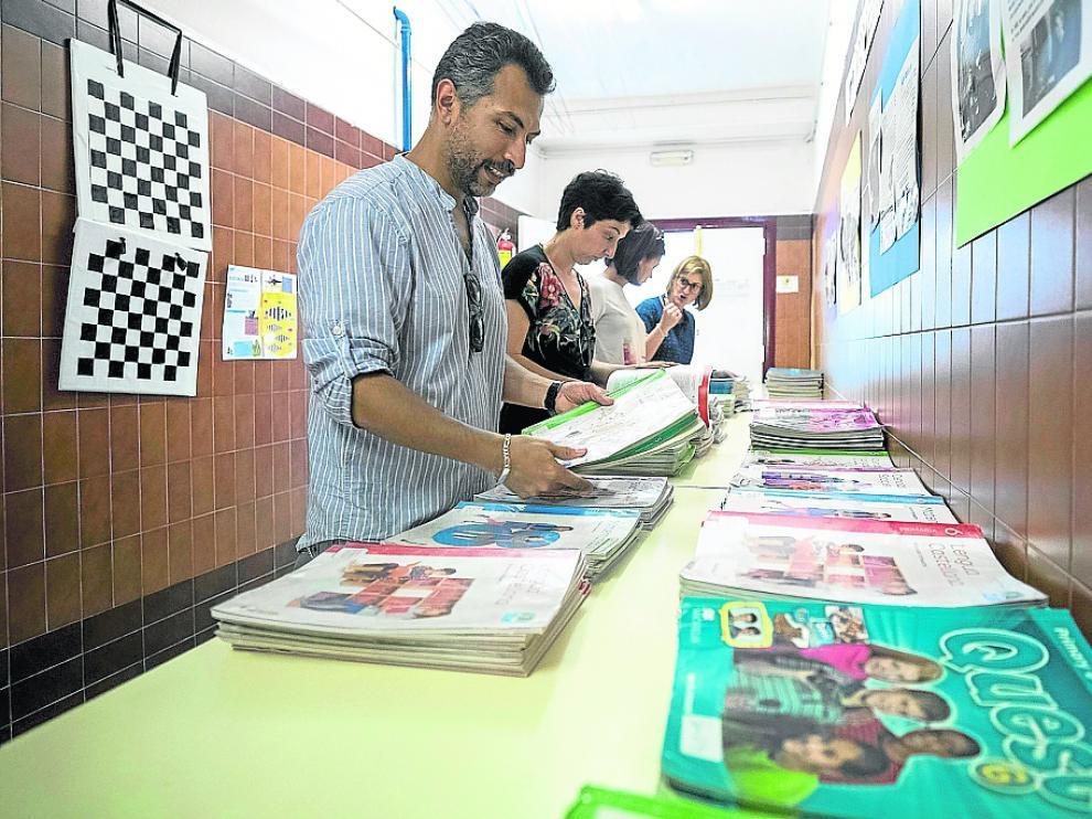 Los miembros de la ampa del colegio Puerta de Sancho preparan algunos de los libros donados estos días.