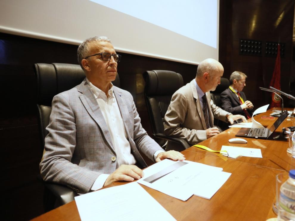 El abogado Pedro Corvinos, en primer plano en el Colegio de Abogados de Zaragoza, junto al periodistas Daniel Pérez (a la derecha)