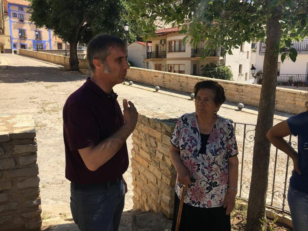 Ramiro Domínguez, con Lidia Serrano, hija del maqui Francisco Serrano, en Castellote.