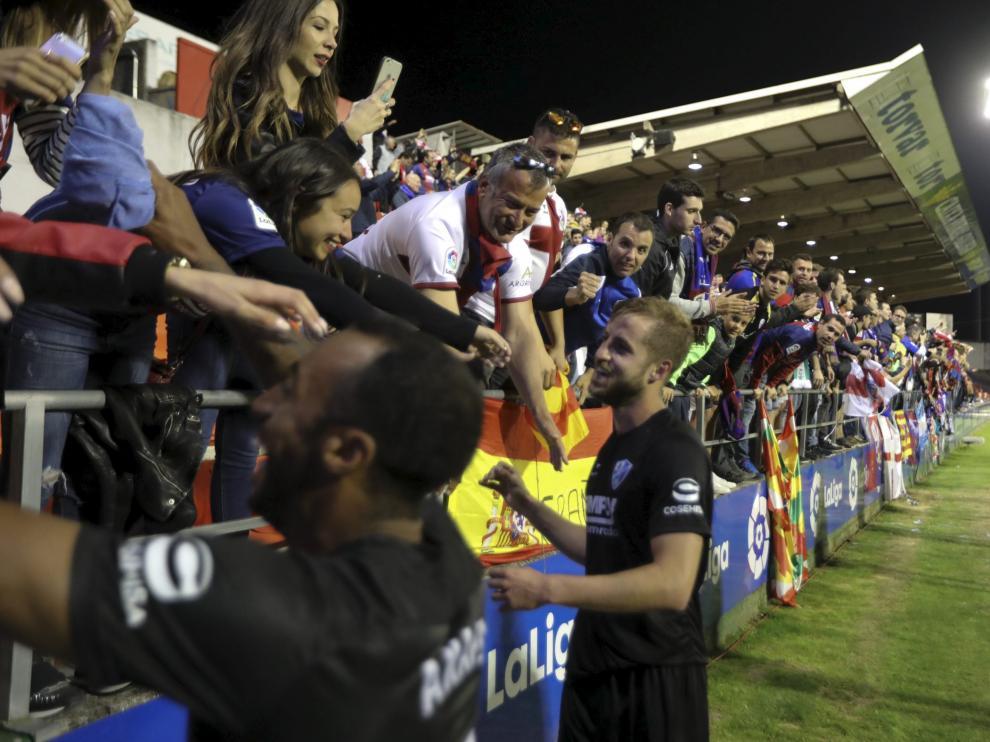 Akapo y Pulido celebran con los aficionados desplazados a Lugo la consecución del ascenso a Primera.