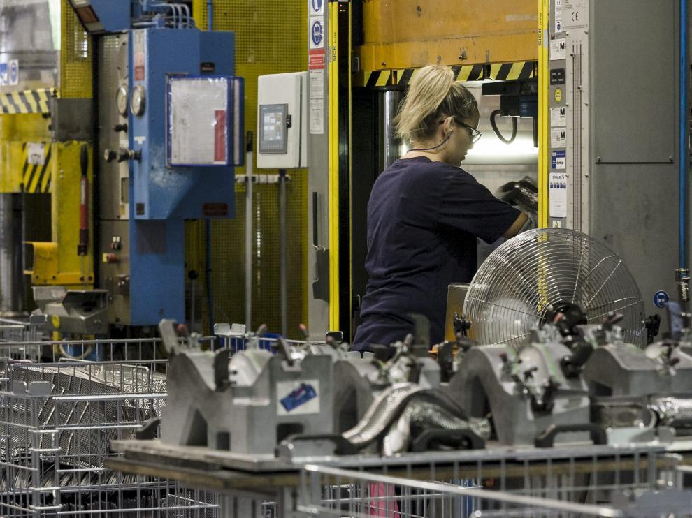 Una trabajadora de Dana Automoción en la planta de Malpica