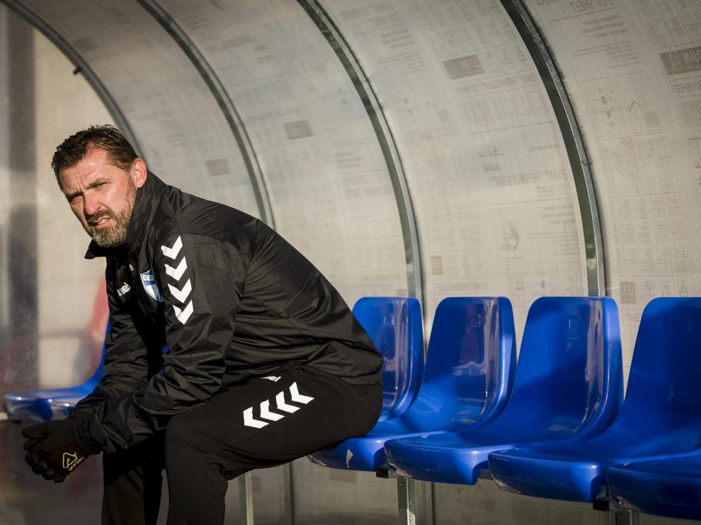 Emilio Larraz, sentado en el banquillo de El Carmen