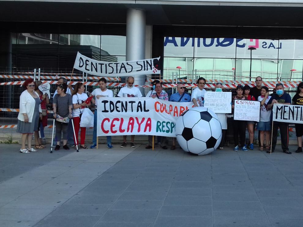 Concentración de protesta de afectados de iDental, este viernes en Zaragoza.