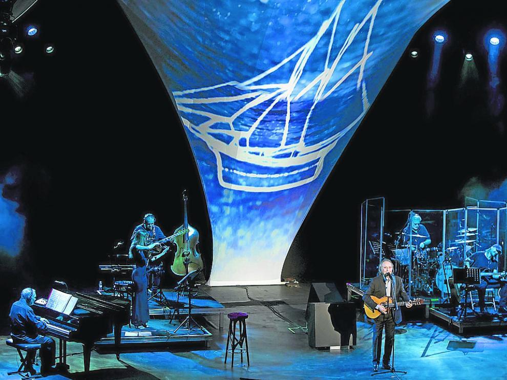 Joan Manuel Serrat y su equipo musical, en un momento del concierto de ayer en la sala Mozart.