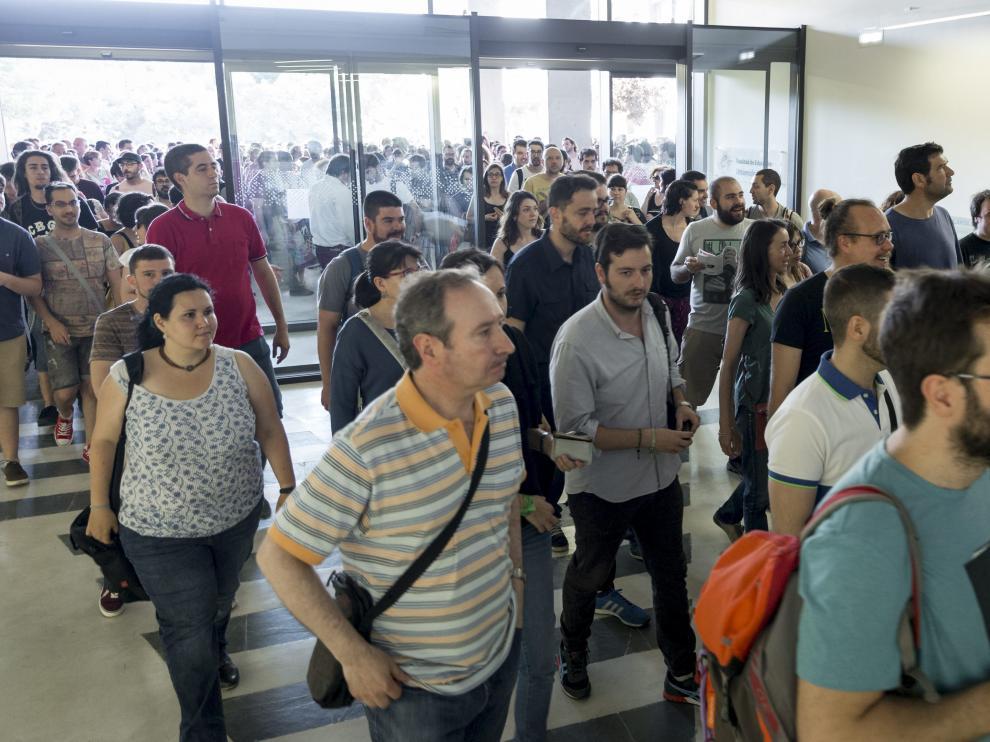 Un grupo de opositores entrando en la Facultad de Educación para comenzar las pruebas
