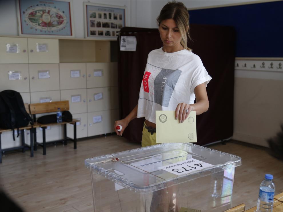 Una mujer vota este domingo en Ankara.