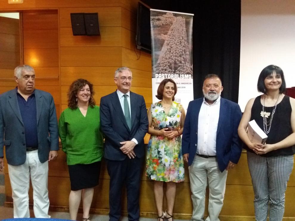 El consejero de Desarrollo Rural junto a la alcaldesa de Teruel y otras autoridades