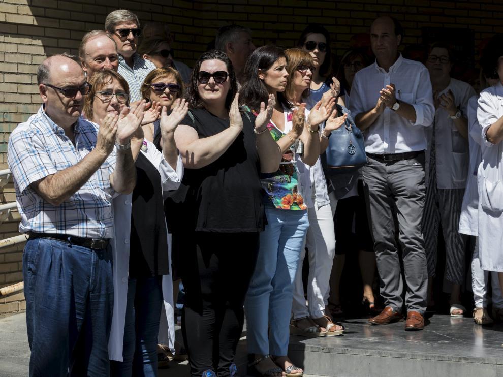 Los compañeros de la agredida se concentraron en la puerta del centro de salud Univérsitas de Zaragoza.