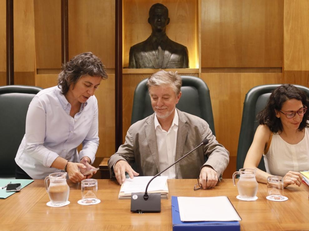 Las concejalas Luisa Broto y Elena Giner, este lunes en el pleno municipal, junto al alcalde de Zaragoza, Pedro Santisteve.