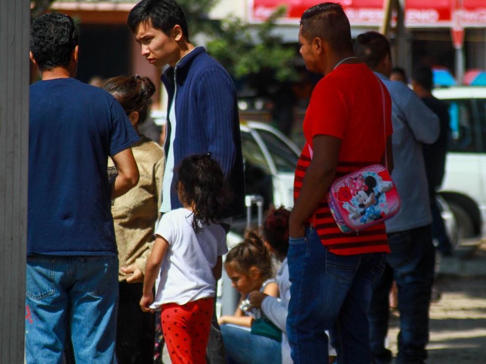 Familias migrantes esperan poder ingresar a Estados Unidos.
