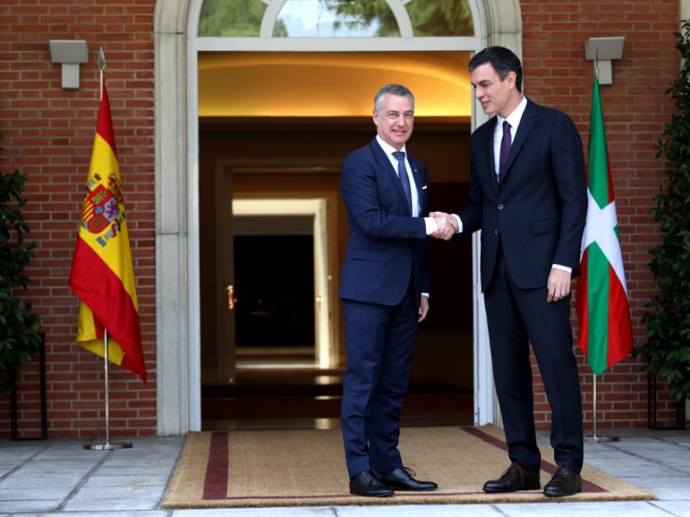 Saludo de Urkullu y Sánchez a las puertas de la Moncloa