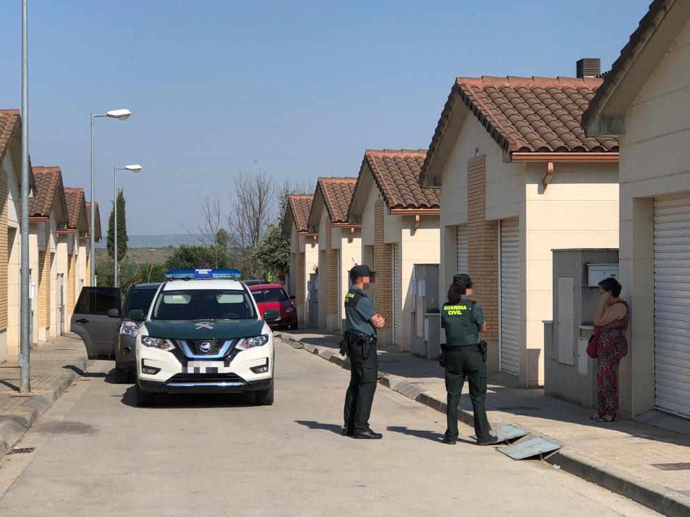 Foto de la Guardia Civil investigando la casa de la vivienda donde ocurrieron los hechos y la madre de la detenida.