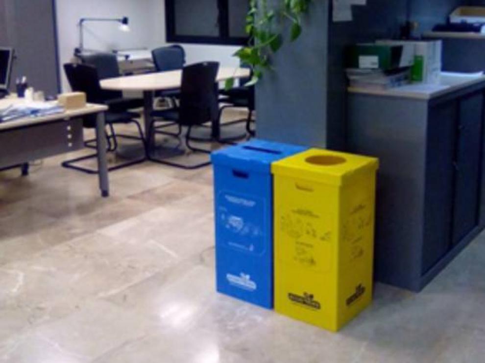 Los edificios públicos también se han dotado de contenedores para reciclar.