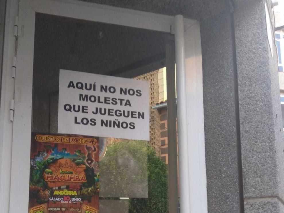 Cartel colgado en un bar contra la prohibición del Ayuntamiento de Andorra de jugar a la pelota en la calle.