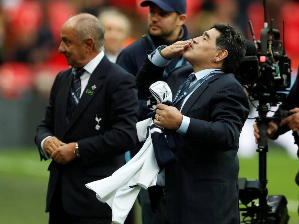 Maradona saluda al público antes de un encuentro.