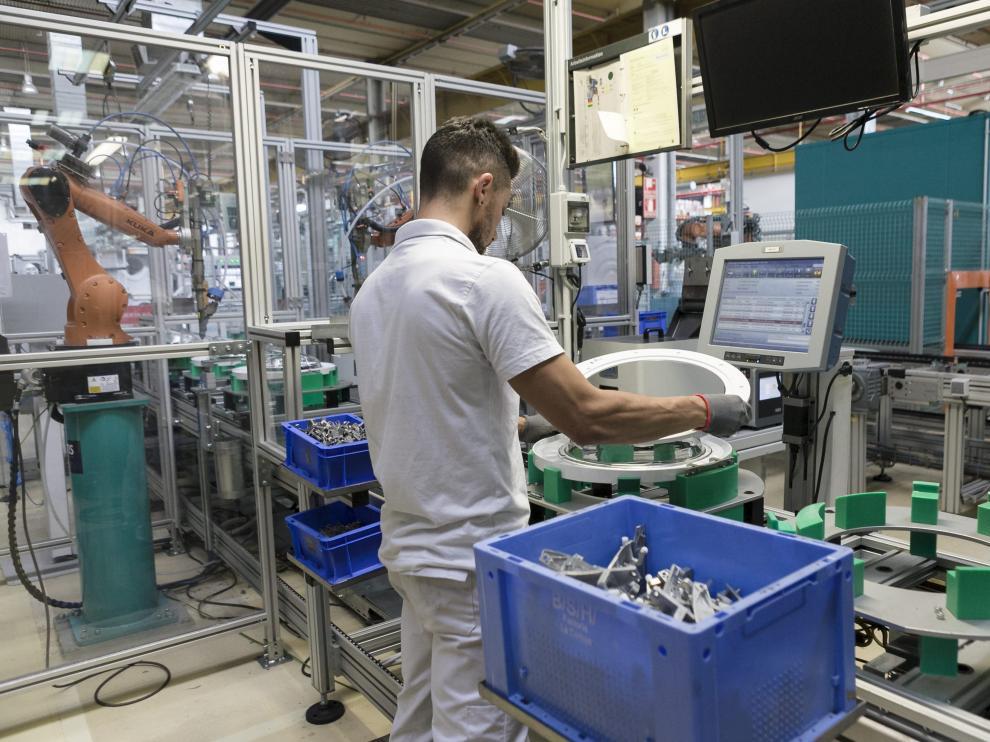 Un operario, en la planta de BSH Electrodomésticos en La Cartuja (Zaragoza).