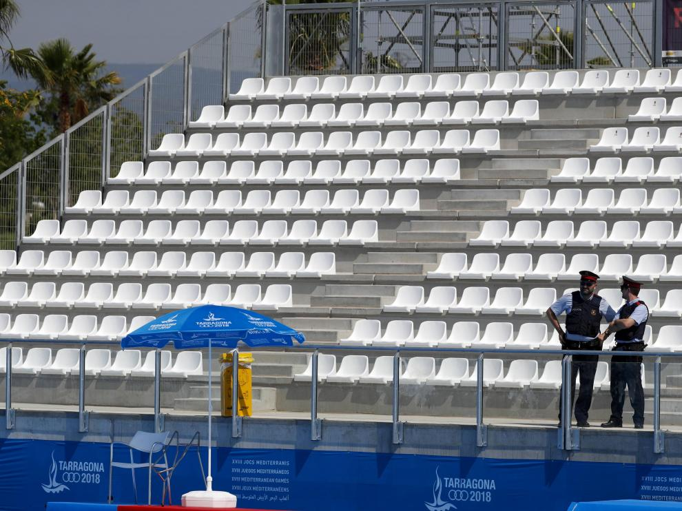 Imagen de la grada principal de la piscina durante un partido de waterpolo de los Juegos Mediterráneos.