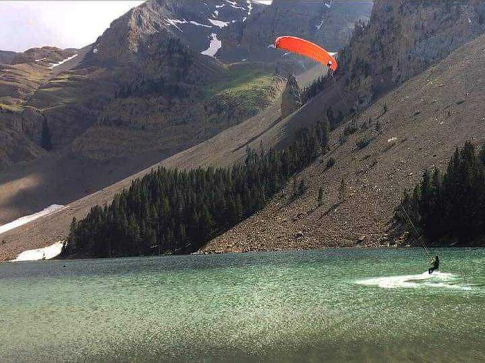 La imagen muestra al hombre que el sábado hacía 'kitesurf' en el ibón