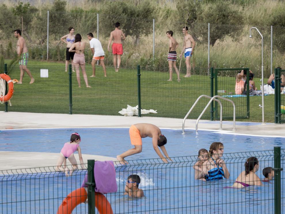 Numerosos usuarios acuden estos días a las nuevas piscinas municipales de Pinseque.