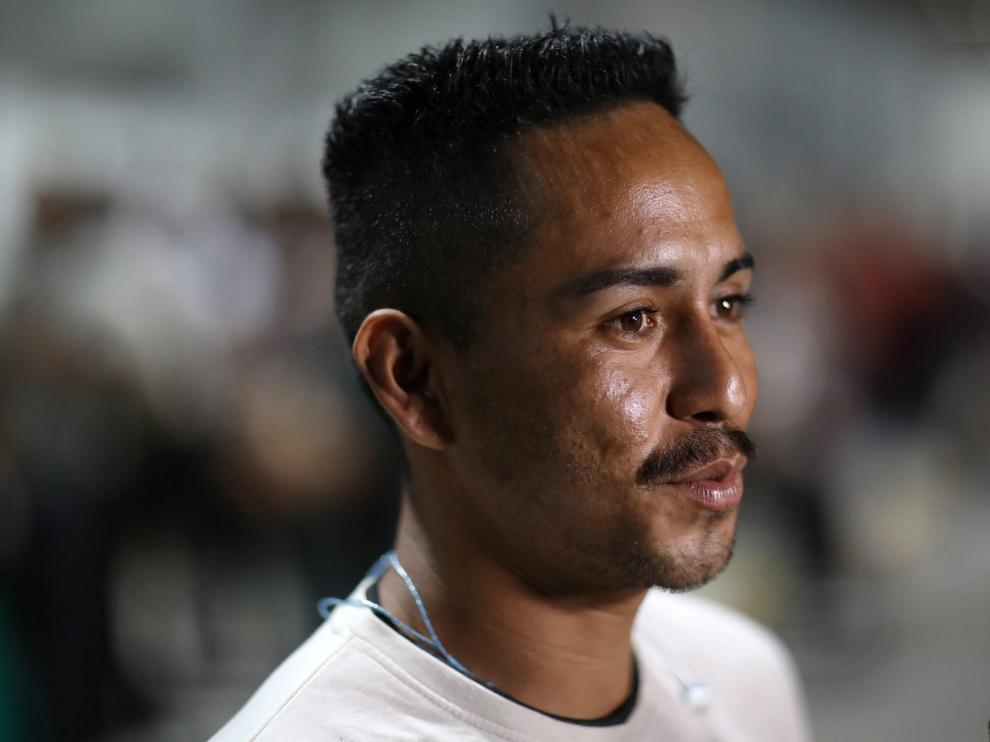 El padre a la espera de la allegada de su hija en el aeropuerto de Sal Luis Talpa