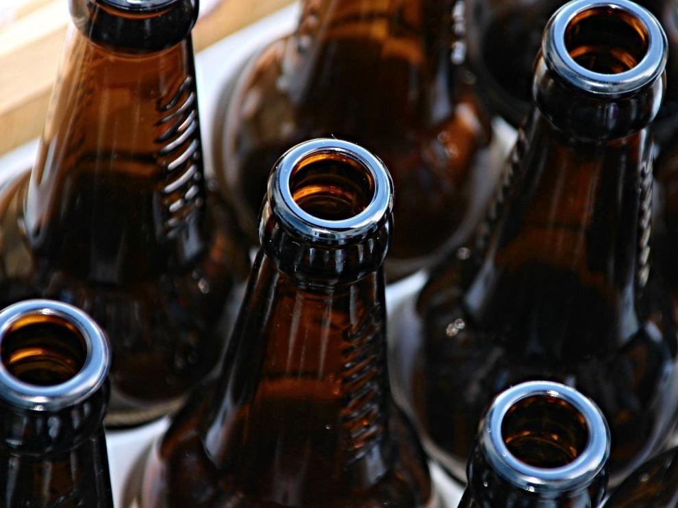 La botella de cerveza estalló cuando se disponía a introducirla en su bolsa de la compra.