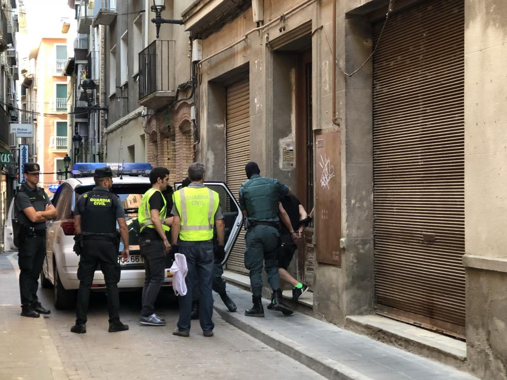 Foto del operativo en la calle Caballeros con la salida del detenido.