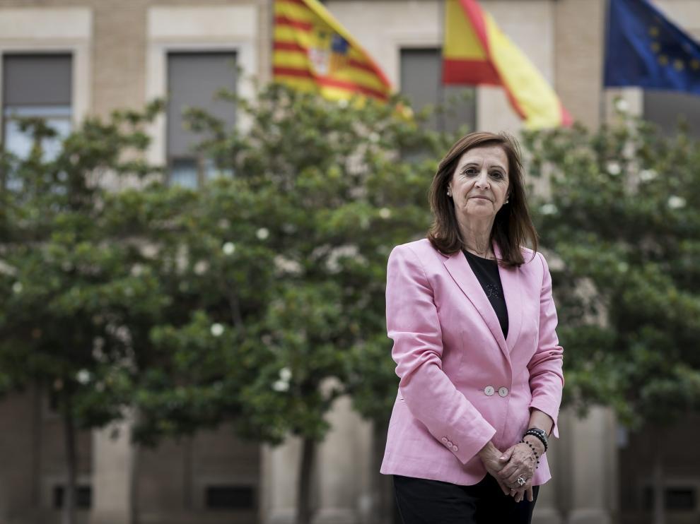 La nueva delegada del Gobierno de Aragón, Carmen Sánchez, frente al edificio en el que trabaja ahora.