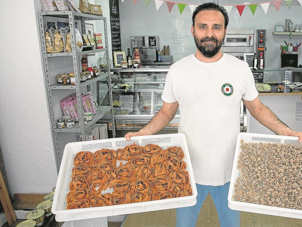 Emanuele Zecchie y su pareja elaboran cada mañana una decena de pastas frescas diferentes, que venden para llevar o para tomar en el propio local.