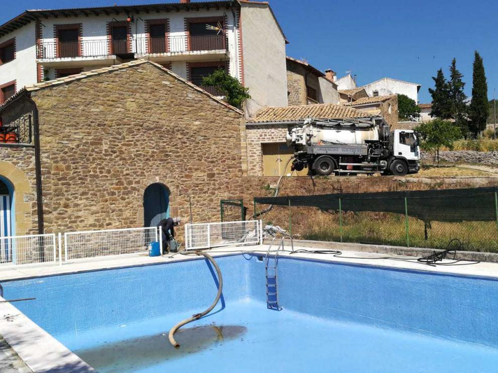 Trabajos de limpieza que se han llevado a cabo en las piscinas de Lobera.