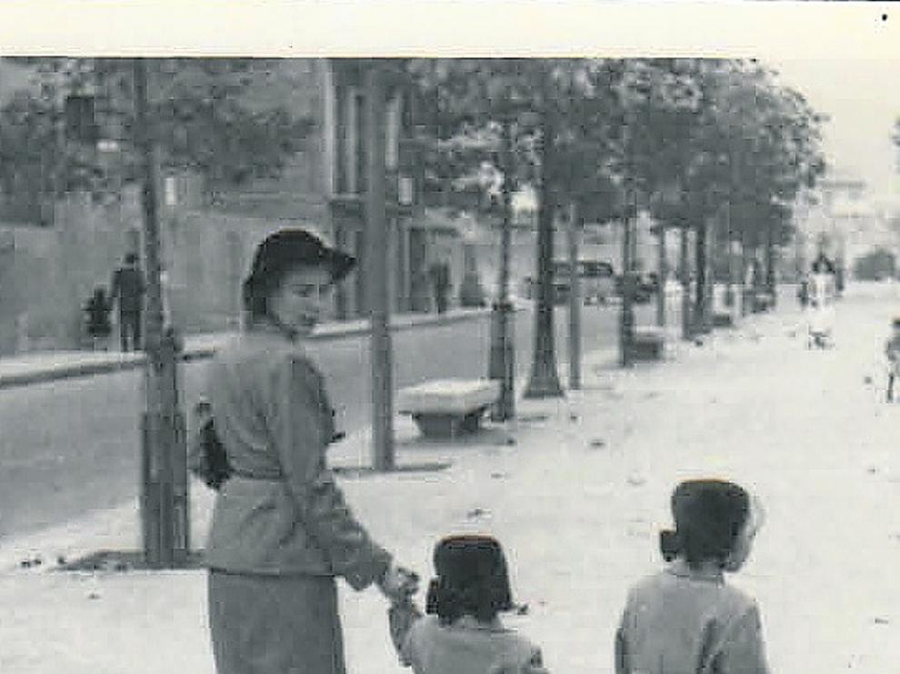 Soledad Puértolas, con 3 o 4 años, entre su madre y su hermana mayor, en Zaragoza.