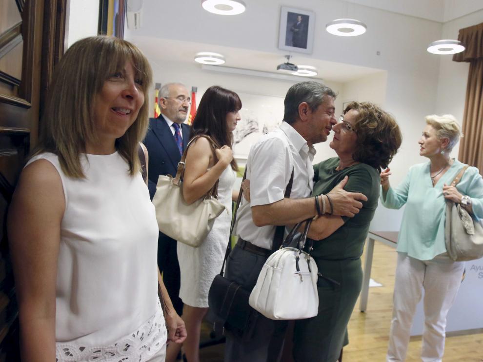 Berta Fernández, en primer plano, y el ya exalcalde de Sabiñánigo saludando a la consejera María Victoria Broto