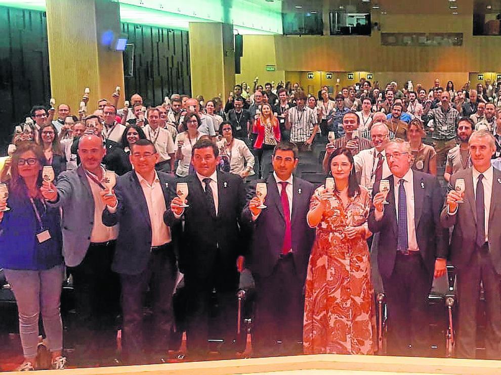 Brindis de los asistentes al Congreso Internacional del Terroir con el que se inauguró el encuentro en el Patio de la Infanta de Ibercaja en Zaragoza.