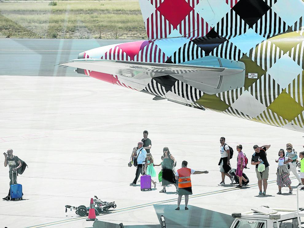 Los pasajeros desembarcando a las 13.45 del domingo, con 17 horas de retraso.