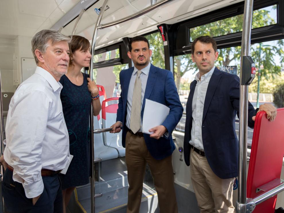 El alcalde de Zaragoza, Pedro Santisteve, la concejala de Medio Ambiente y Movilidad, Teresa Artigas, y el director de Avanza Zaragoza, Juan Abel Arias, en el modelo Vectia
