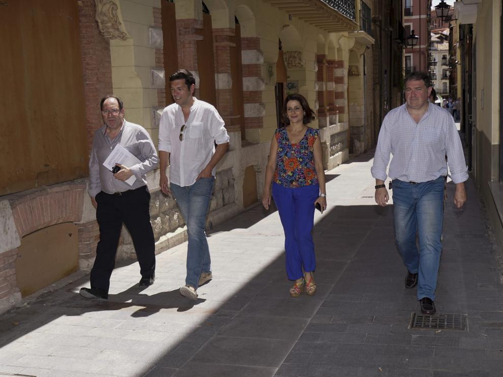Emma Buj se dirige al registro de la sede de la Policía Local de Teruel tras finalizar el del Ayuntamiento