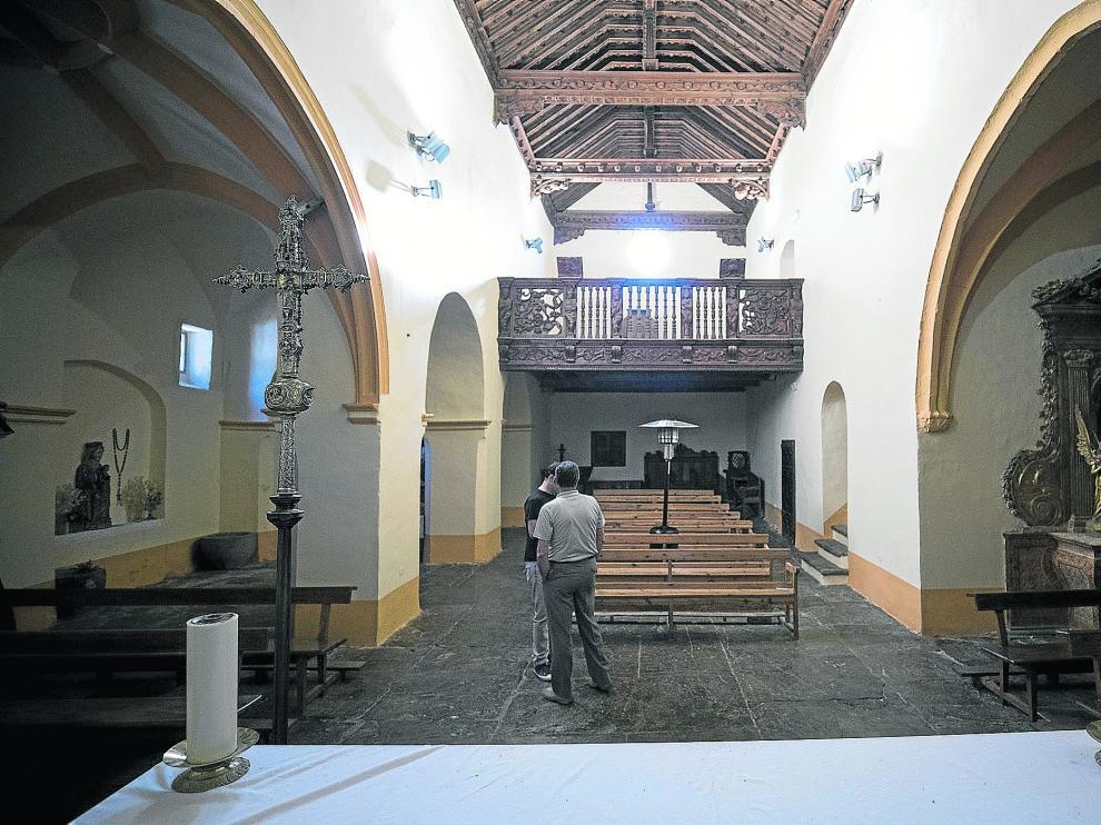 Vista del artesonado del techo y el coro de la iglesia de Santa María desde su altar.