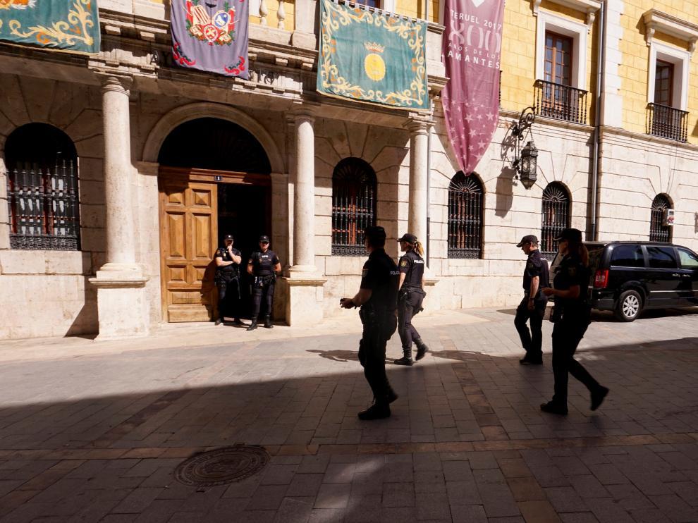 Agentes de la Policía Nacional en la entrada del Ayuntamiento de Teruel el martes por la mañana.