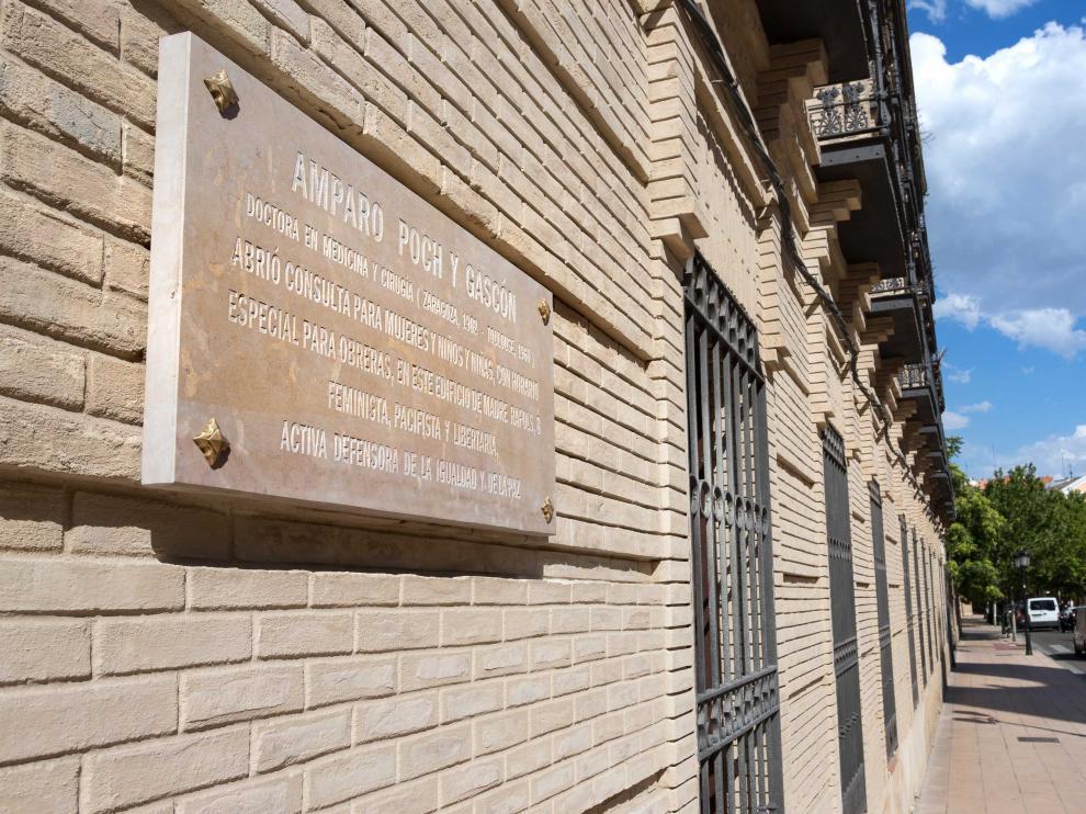 Placa homenaje a la doctora Amparo Poch en el cuartel de Pontoneros.