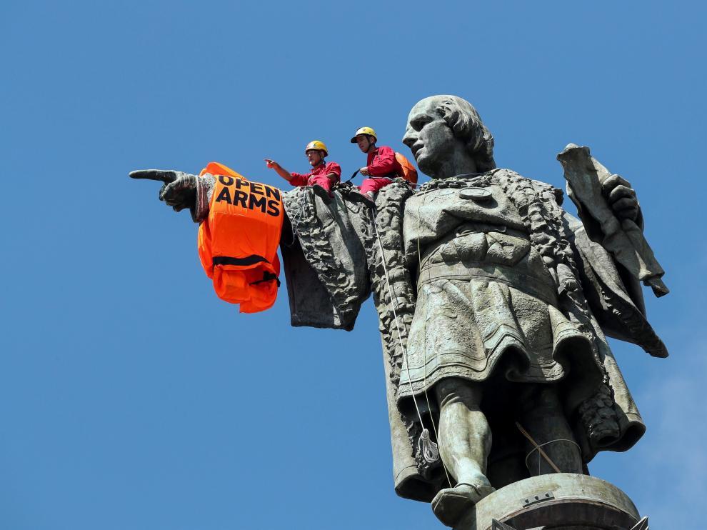 Colocan Un Chaleco Salvavidas Gigante En La Estatua De Colon En