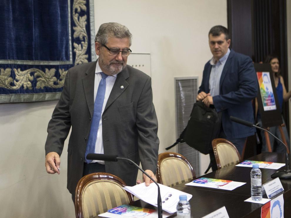 José Antonio Mayoral, a la izquierda, a su llegada a una rueda de prensa este miércoles.