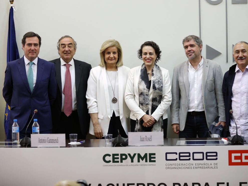Representantes de CEOE, Cepyme, UGT y CC. OO. tras la firma del pacto salarial