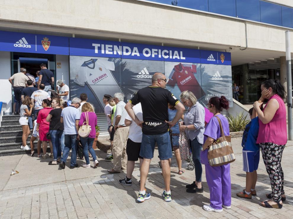 Filas en las oficinas del Real Zaragoza para sacar los abonos.