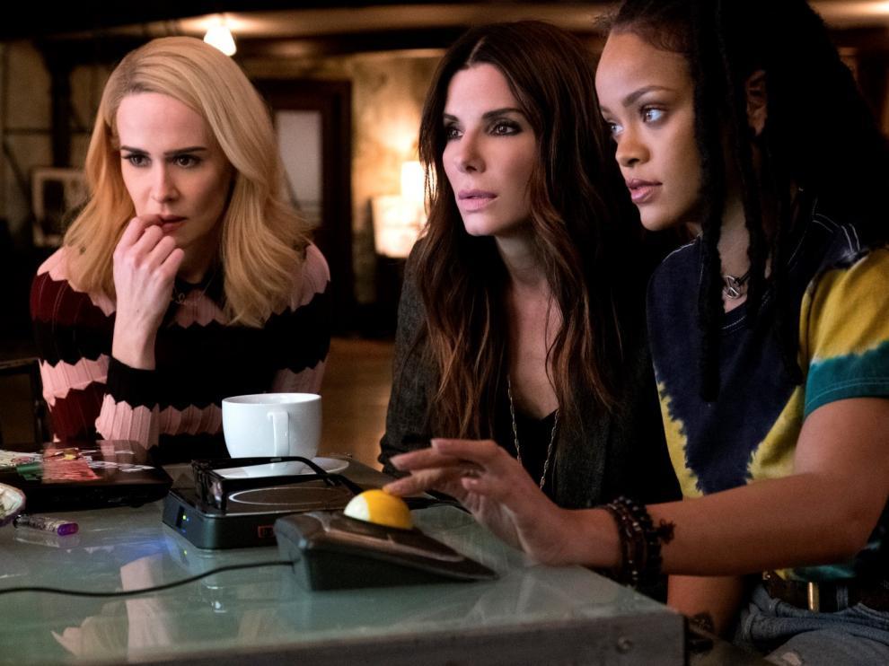 Rihanna, Sandra Bullock, Sarah Paulson protagonizan uno de los estrenos de la semana 'Ocean's 8'.